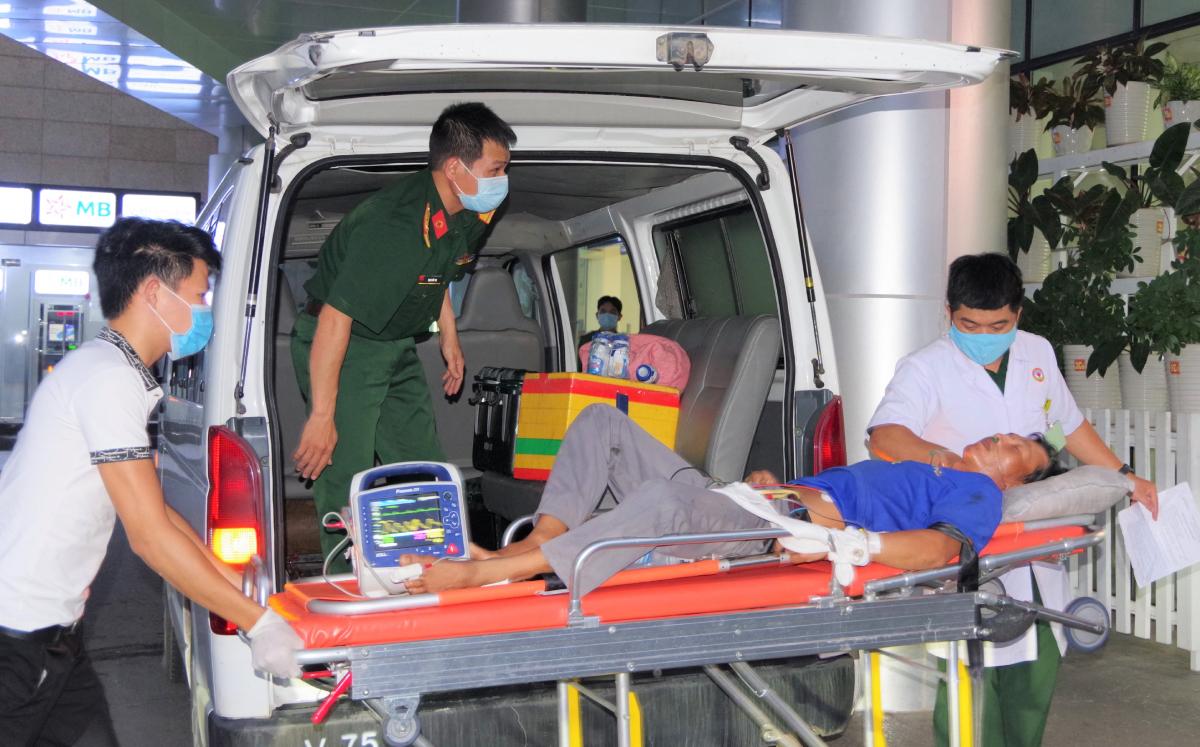 Bệnh nhân Oanh được vận chuyển bằng xe cứu thương tới bệnh viện sau khi xuống trực thăng. Ảnh: Bệnh viện cung cấp.