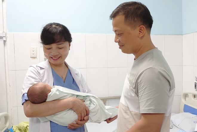 Bác sĩ Nhã, giám đốc Trung tâm Hỗ trợ sinh sản đến chúc mừng gia đình sau khi em bé chào đời khỏe mạnh. Ảnh: Bệnh viện cung cấp