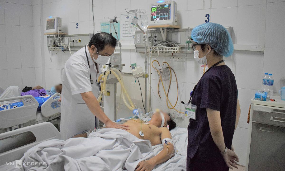 Bác sĩ Cấp khám cho nam bệnh nhân ngày 28/9. Ảnh: Chi Lê