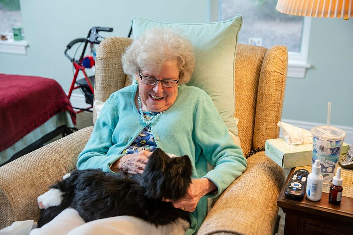 Nhiều nghiên cứu cho thấy sức khỏe tinh thần,  động lực sống và sự lạc quan của người già cô đơn được cải thiệnsau 30 ngày cưng nựng thú cưng robot. Ảnh: NY Times