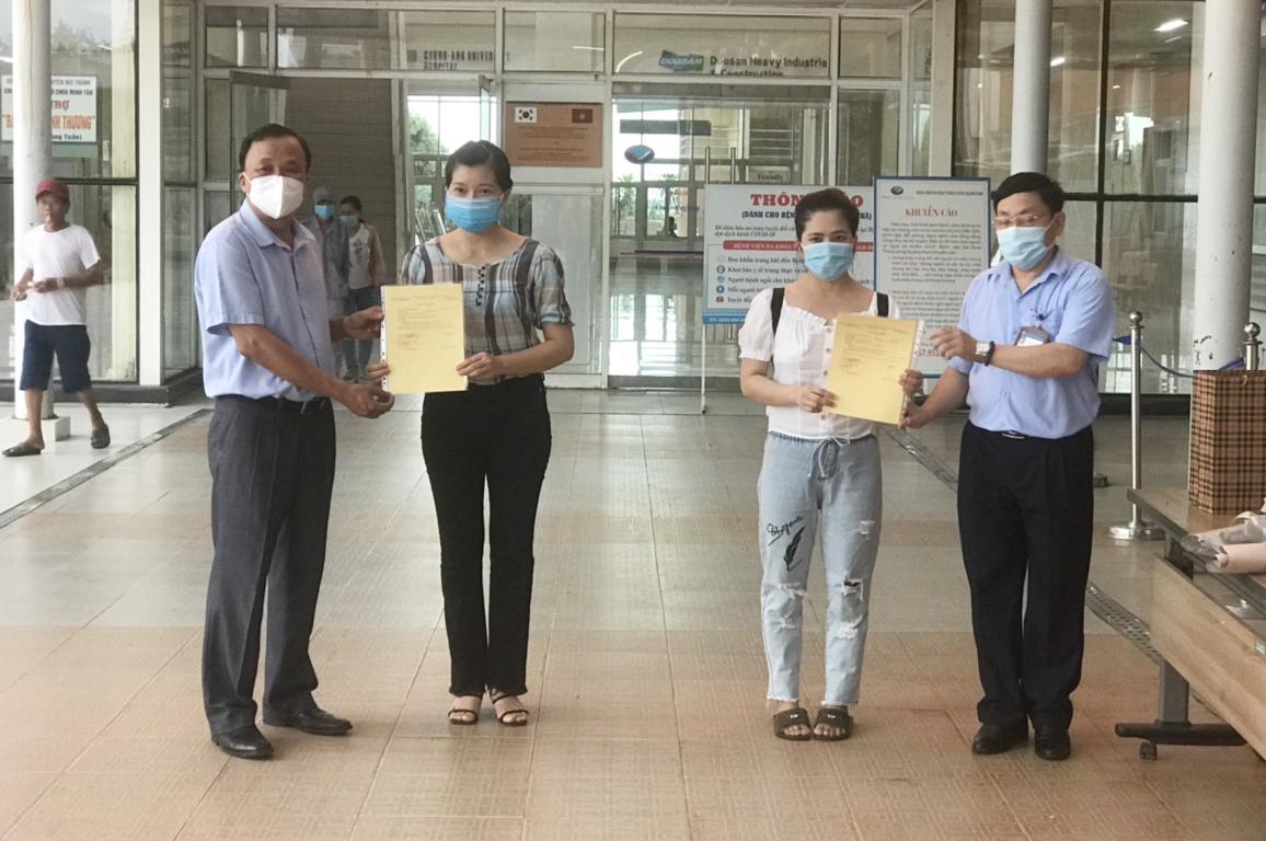Bệnh nhân 561 (trái) và bệnh nhân 981 xuất viện tại Bệnh viện Đa khoa Trung ương Quảng Nam chiều 29/9. Ảnh: Đắc Thành.