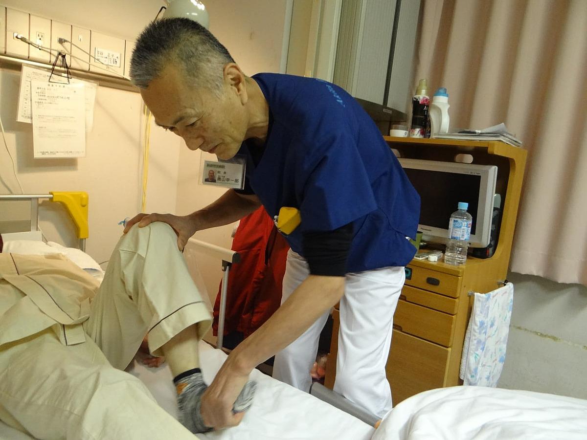 Bác sĩ Koichiro Okuyama, 62 tuổi, giám đốc Bệnh viện Akita Rosai đang điều trị phục hồi cho một bệnh nhân. Ảnh: Nikkei
