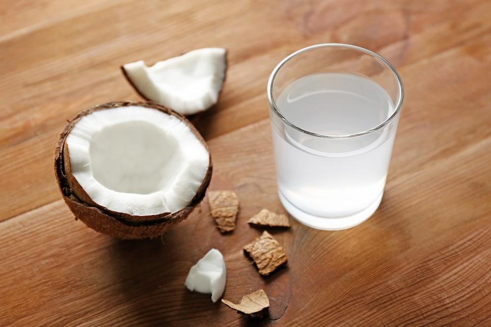 Nước dừa là thức uống giải nhiệt bổ dưỡng mùa hè.