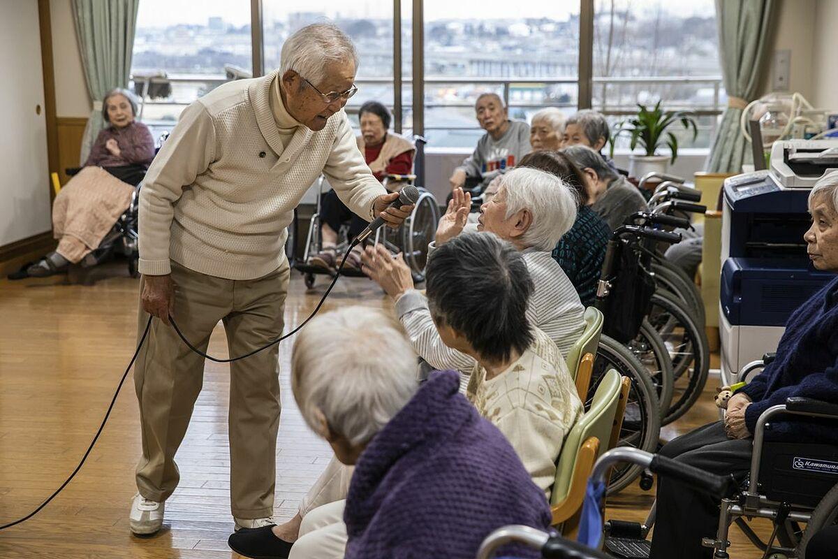 Tình nguyện viên cao tuổi tại nhà dưỡng lão Chiba, Nhật Bản. Ảnh: WSJ
