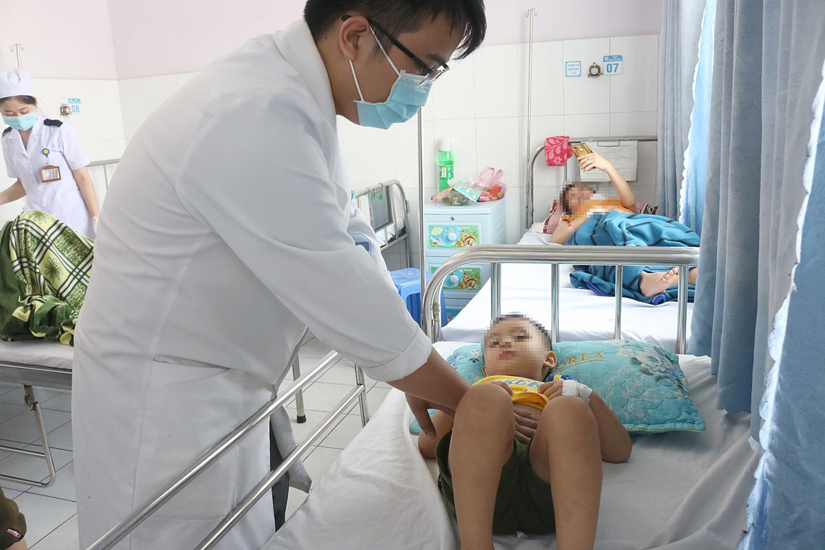 Bé trai không được vận động, phải nằm yên trên giường bệnh nhiều ngày để tránh chảy máu chỗ lách bị vỡ. Ảnh: Bệnh viện cung cấp.