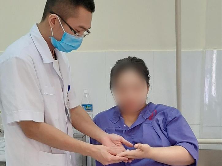 Bác sĩ kiểm tra sức khoẻ hậu phẫu cho thai phụ 29 tuổi. Ảnh: Bệnh viện cung cấp.