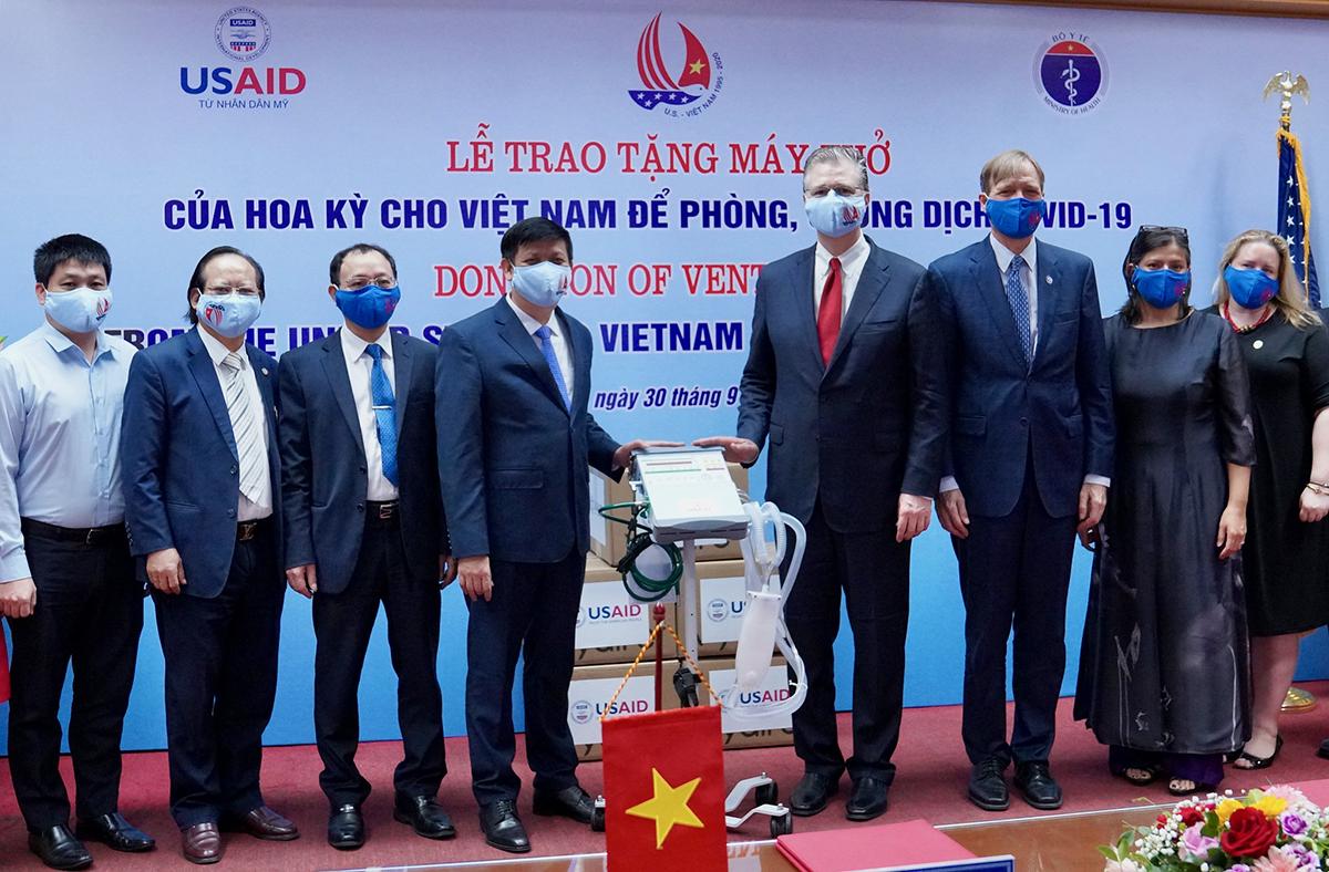 Bộ Y tế tiếp nhận 100 máy thở được Mỹ tặng, ngày 30/9. Ảnh: USAID Việt Nam.