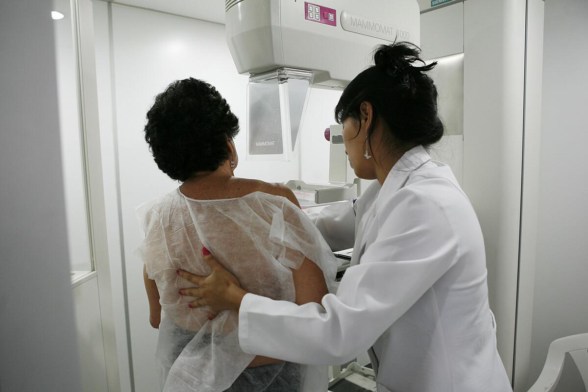 Một phụ nữ được chụp quang tuyến vú tại bằng công nghệ trí tuệ nhân tạo tại Canada. Ảnh: Reuters
