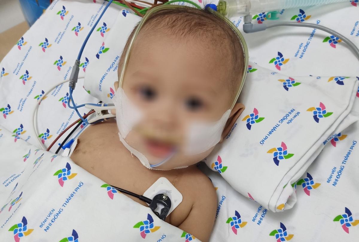 Cậu bé đã khoẻ mạnh trở lại, vui vẻ sau hai tuần mạnh mẽ chiến đấu với căn bệnh viêm màng não mủ. Ảnh: Ngọc Thái.