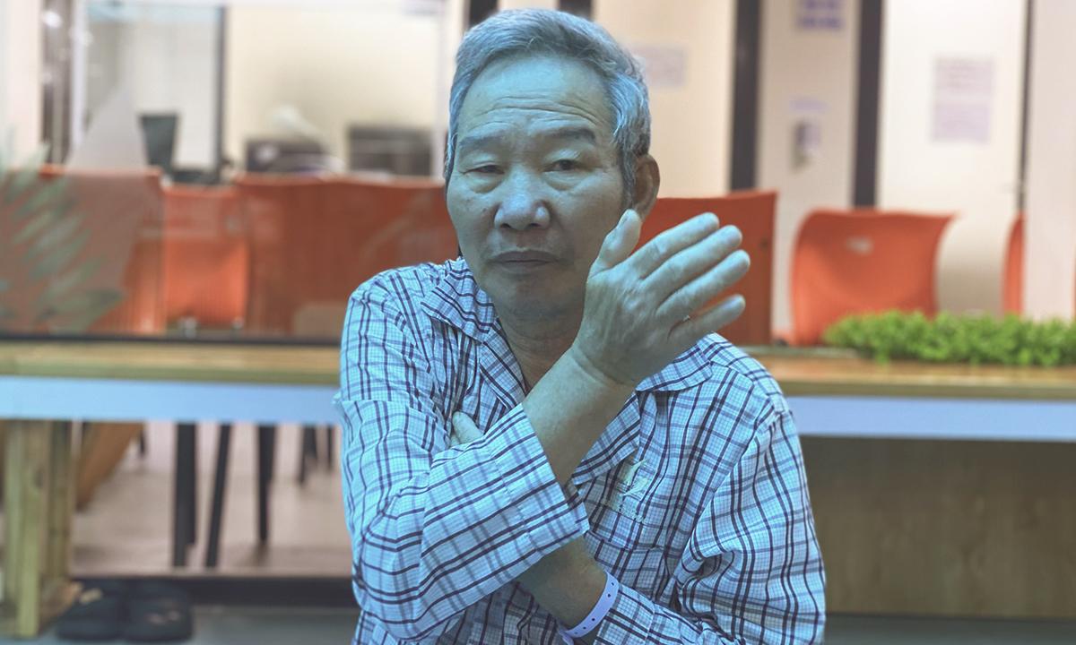 Ông Nguyễn Văn Thắng, 68 tuổi là học viên quen thuộc, tập luyện thường xuyên trong lớp yoga. Ảnh: Thùy An