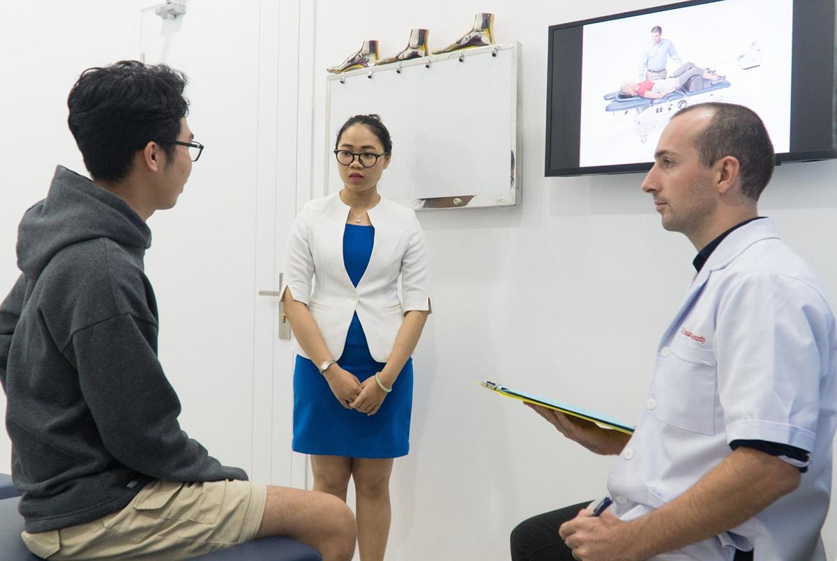 Bác sĩ Edouard Sabourdy - Chuyên khoa Thần kinh Cột sống làm việc tại phòng khám ACC - chi nhánh Đà Nẵng tư vấn cho bệnh nhân. Ảnh: Phương Đan.