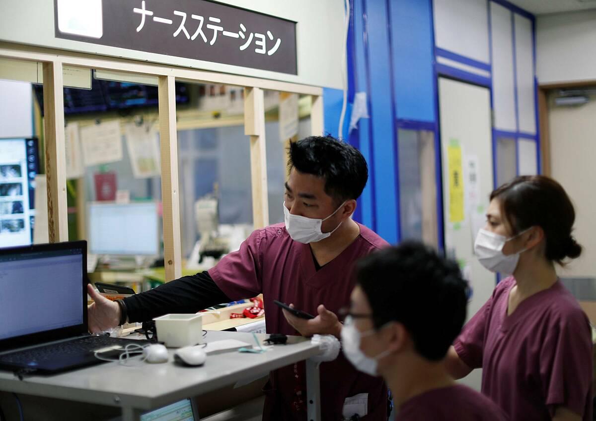 Bác sĩ giám sát các nhân viên trong khu hồi sức tích cực tại một bệnh viện ở Kawasaki, tháng 5/2020. Ảnh: Reuters