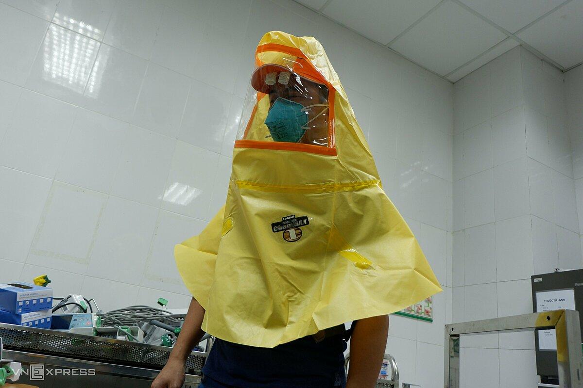 Mũ bảo hộ con vịt chống lây nhiễm Covid-19 do bác sĩ Cấp và đồng nghiệp cải tiến. Ảnh: Nhật Minh.