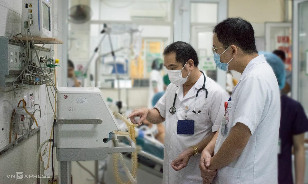 Bác sĩ Cấp cùng đồng nghiệp hội chẩn cho bệnh nhân nặng ngày 28/9. Ảnh: Chi Lê,