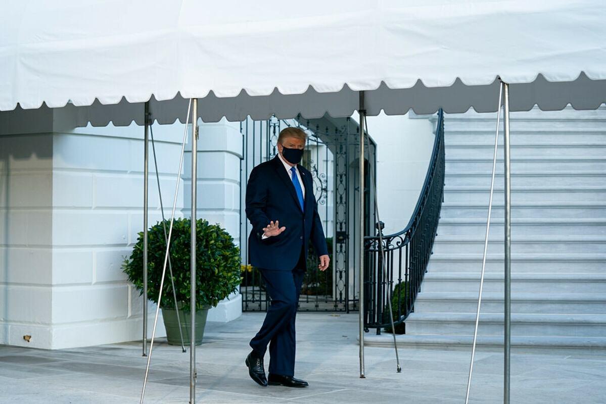 Tổng thống Donald Trump nhập viện điều trị Covid-19, ngày 3/10. Ảnh: NY Times