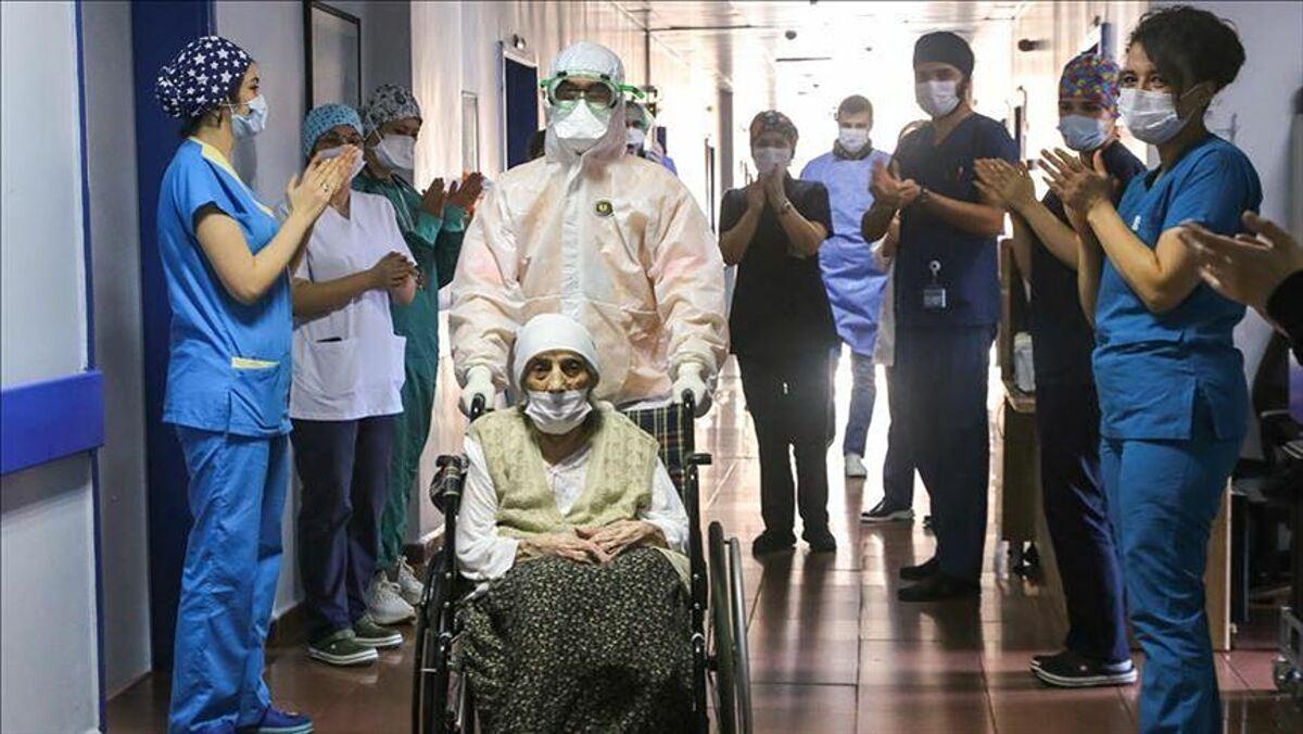 Cụ bà 107 tuổi tại Thổ Nhĩ Kỳ khỏi Covid-19, tháng 4/2020. Ảnh: AA