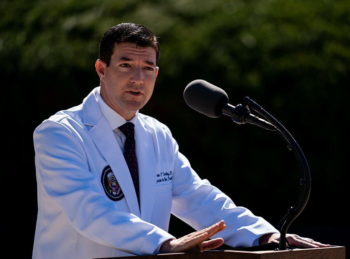 Bác sĩ Sean Conley phát biểu trong cuộc họp tại Nhà Trắng, ngày 4/10. Ảnh: NY Times