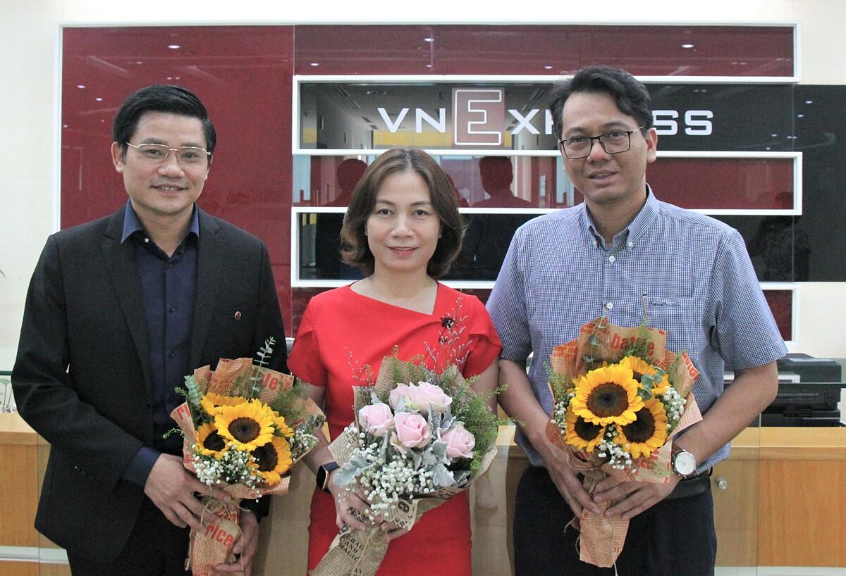 3 chuyên gia có mặt tại tòa soạn VnExpress để tham gia buổi tư vấn trực tuyến Giảm thiểu mất cân bằng giới tính khi sinh.