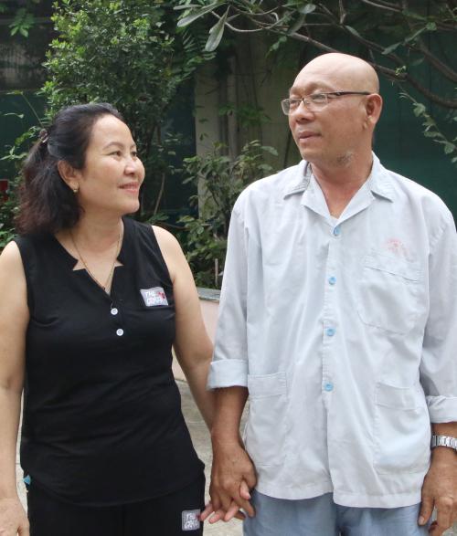 Bà Huỳnh Thị Nhung, vợ ông Kiên cùng chồng từ Bình Định vào TP HCM hóa trị đợt thứ ba điều trị ung thư phổi. Ảnh: Thư Anh.