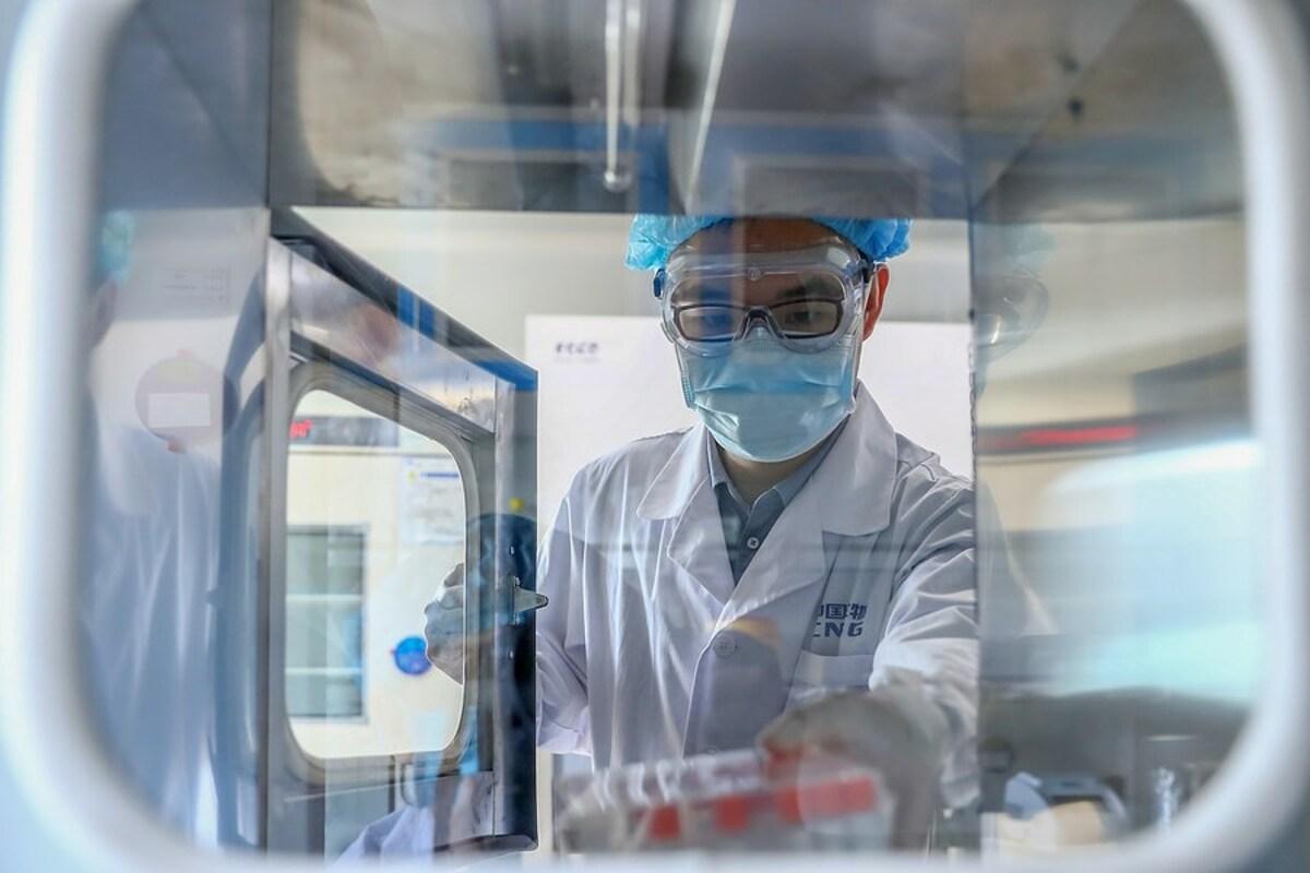 Một nhà khoa học tại hãng dược Sinopharm, Trung Quốc làm việc với mẫu virus bất hoạt để điều chế vaccine, tháng 4/2020. Ảnh: Xinhua