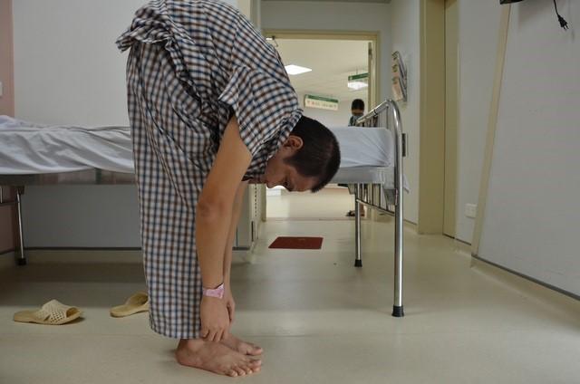 Bệnh nhân gù nặng do viêm cột sống dính khớp. Ảnh: Thuý Ngọc.