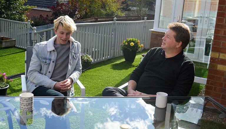 Alastair Fraser-Urquhart (trái), 18 tuổi, trò chuyện cùng cha anh (phải) về quyết định trở thành tình nguyện viên thử nghiệm vaccine. Ảnh: CNN