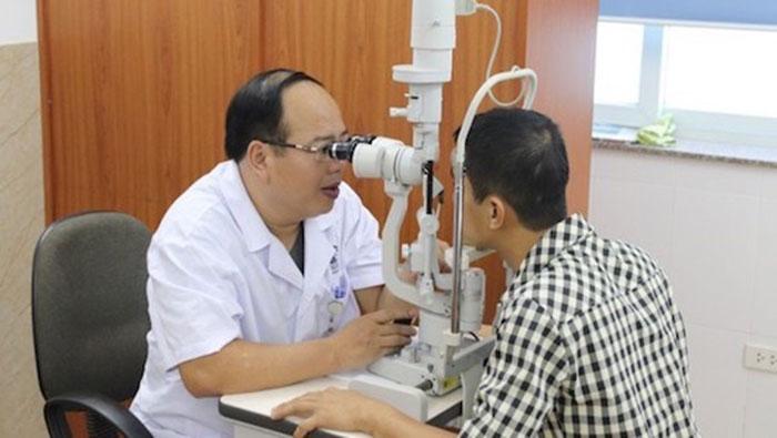 Bác sĩ Hoàng Cương khám mắt và tư vấn cho người bệnh. Ảnh: Thảo Nguyên.