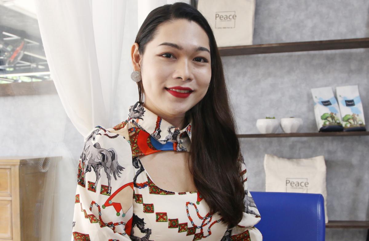 Ở tuổi 26, Linh có công việc thu nhập tốt, cô còn năng nổ tham gia phong trào chăm sóc sức khoẻ cho cộng đồng người chuyển giới, đồng tính tại Bình Dương, An Giang. Ảnh: Thư Anh.