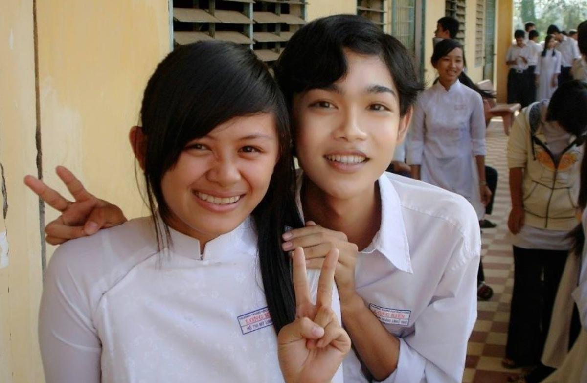 Linh (bên phải) khi còn đi học trong thân phận con trai. Ảnh: Nhân vật cung cấp.