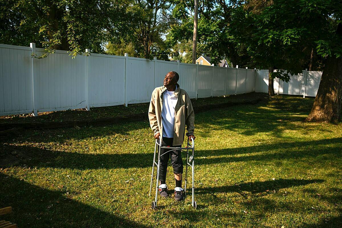 Allen Washington sau nhiều tuần trong bệnh viện điều trị Covid-19, hiện đang tập phục hồi cùng đấu tranh những hậu quả dai dẳng của bệnh để lại. Ảnh NY Times.