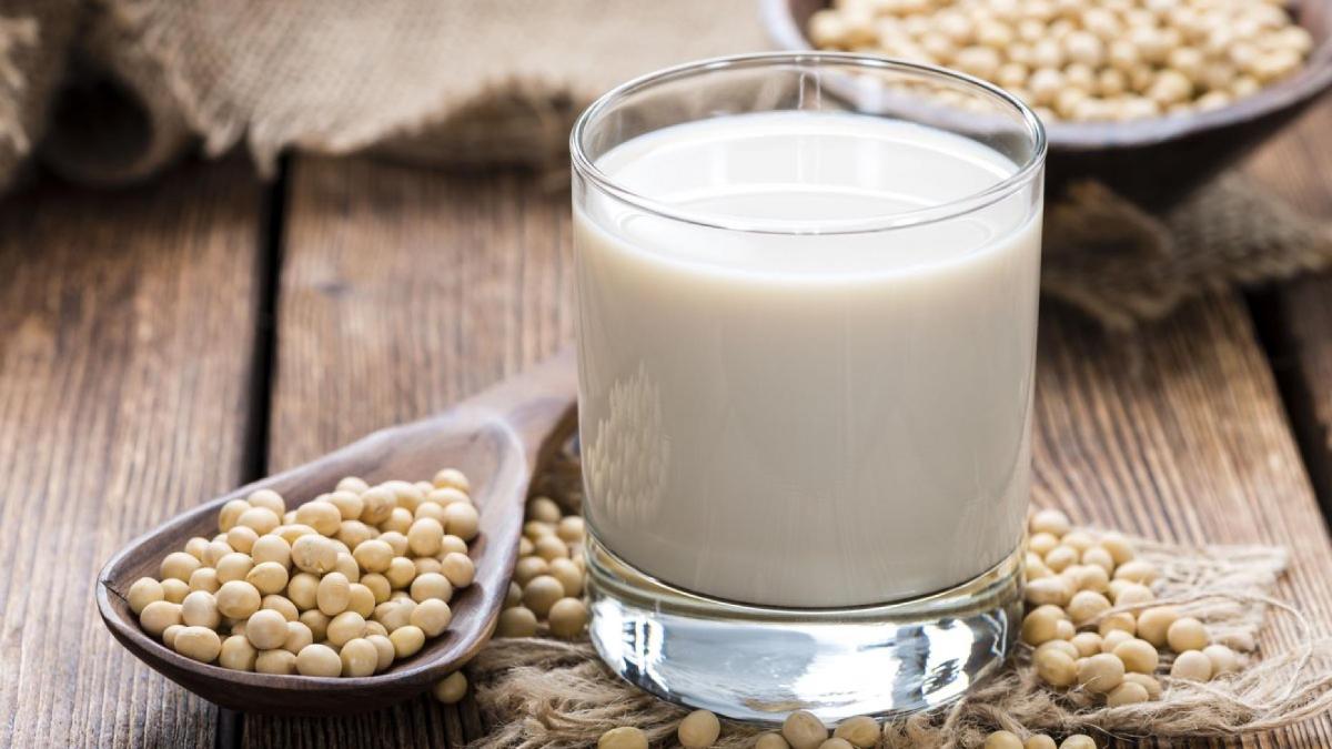 Uống sữa đậu nành không 'cứu' được ngực lép