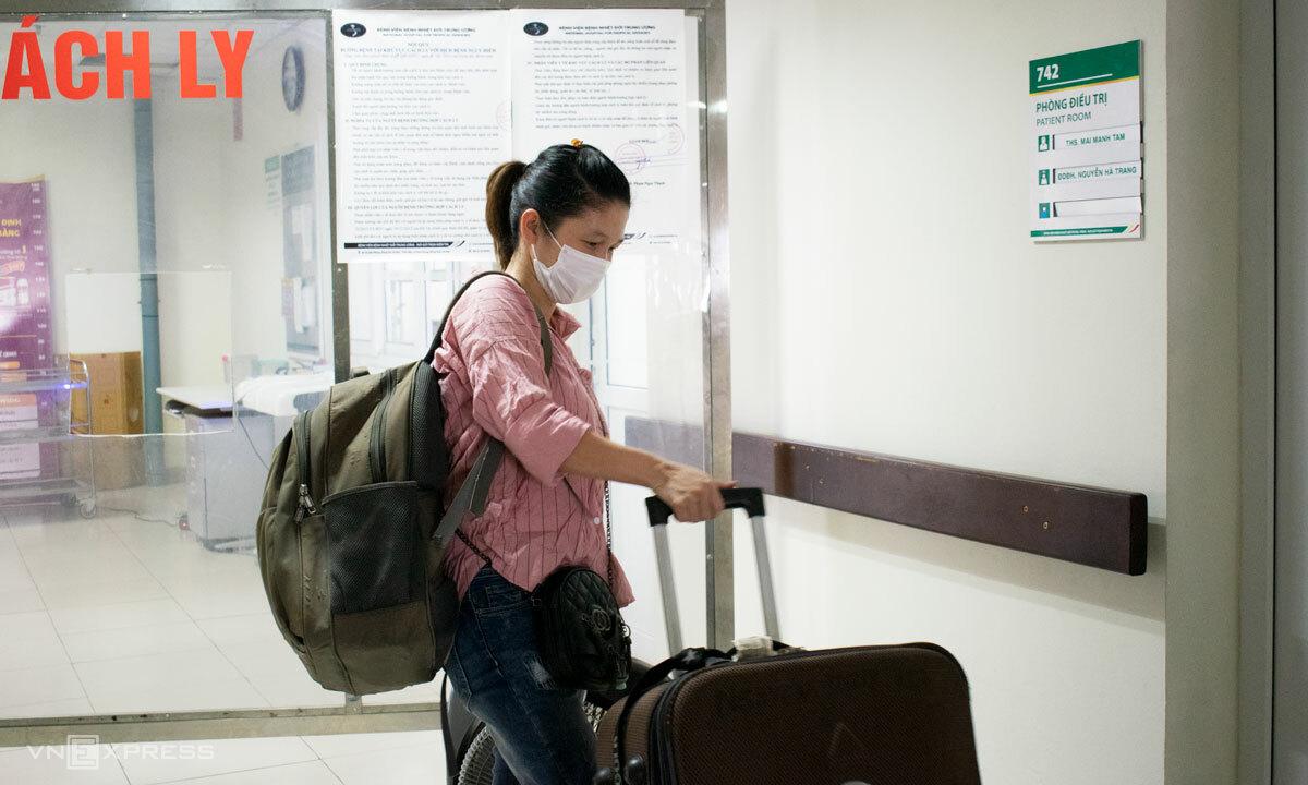 Chị Hà chuẩn bị valy và các đồ dùng cá nhân để sẵn sàng ra viện. Ảnh: Chi Lê.