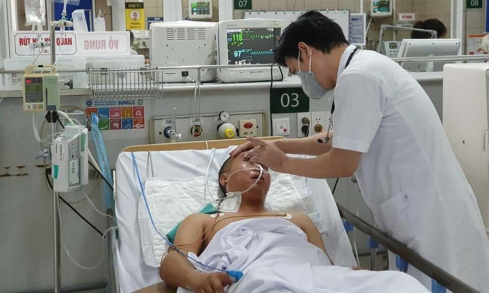 Bác sĩ Nguyễn Tiến Dũng thăm khám cho một bệnh nhân ngộ độc methanol. Ảnh: Mai Thanh.