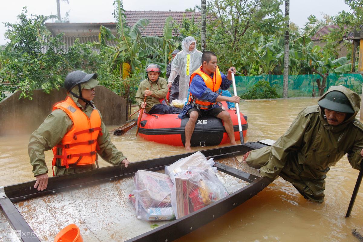Những gói thực phẩm được chuyển bằng thuyền nhôm và xuồng hơi đến từng hộ dân ở Thừa Thiên Huế. Ảnh: Võ Thạnh.