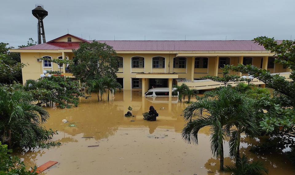 Bệnh viện Đa khoa huyện Lệ Thủy bị cô lập trong lũ. Ảnh do bác sĩ cung cấp.