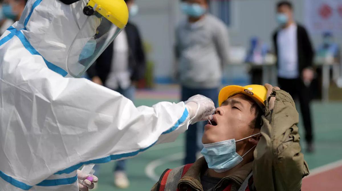 Công nhân xây dựng tại tỉnh Hồ Bắc, Trung Quốc, được xét nghiệm nCoV, tháng 4/2020. Ảnh: Reuters