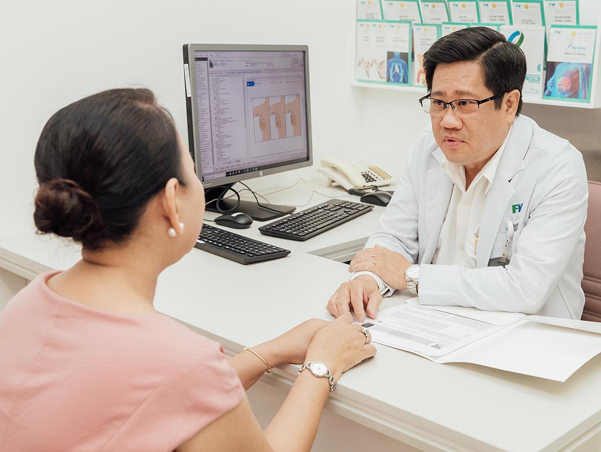 Bác sĩ Võ Kim Điền, chuyên khoa Ung bướu nội khoa và Xạ trị, Trung tâm Hy Vọng, Bệnh viện FV tư vấn cho bệnh nhân. XIN TÊN NGƯỜI CHỤP ẢNH.