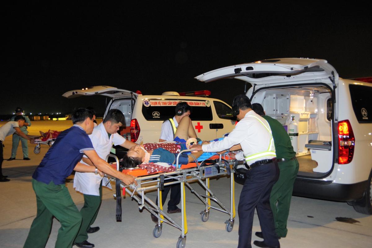 Băng ca đưa bệnh nhân lên xe cứu thương về bệnh viện. Ảnh do bệnh viện cung cấp.