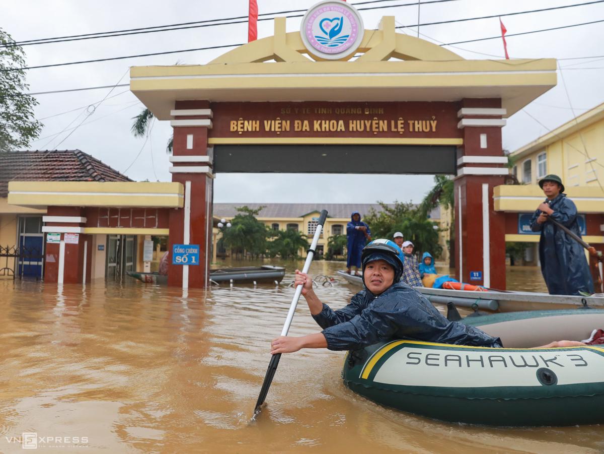 Bệnh viện Lệ Thủy ngập, nước tràn vào hết tầng 1 nơi có khoa Sản. Ảnh: Hữu Khoa