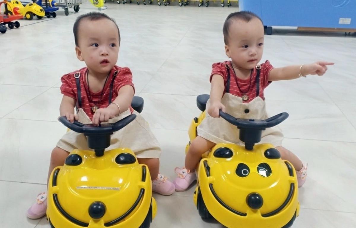 Thanh thủ thời gian tái khám ngắn ngủi, Trúc Nhi và Diệu Nhi ngồi trên xe lắc, đi dạo khắp khoa Phục hồi chức năng. Ảnh: Bệnh viện cung cấp.