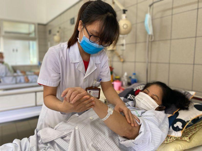 Một bệnh nhân phải nhập viện điều trị do lạm dụng Corticoid. Ảnh: Lê Nga.