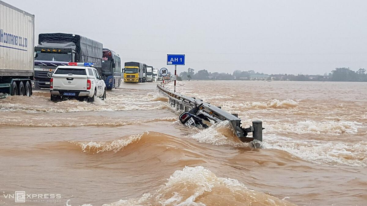 Quốc lộ 1A đoạn qua địa bàn huyện Cẩm Xuyên vẫn ngập nặng ngày 20/10, có nơi sâu 50 cm. Nhà chức trách chỉ cho xe khách và ôtô tải gầm cao đi qua. Ảnh: Lê Hoàng.