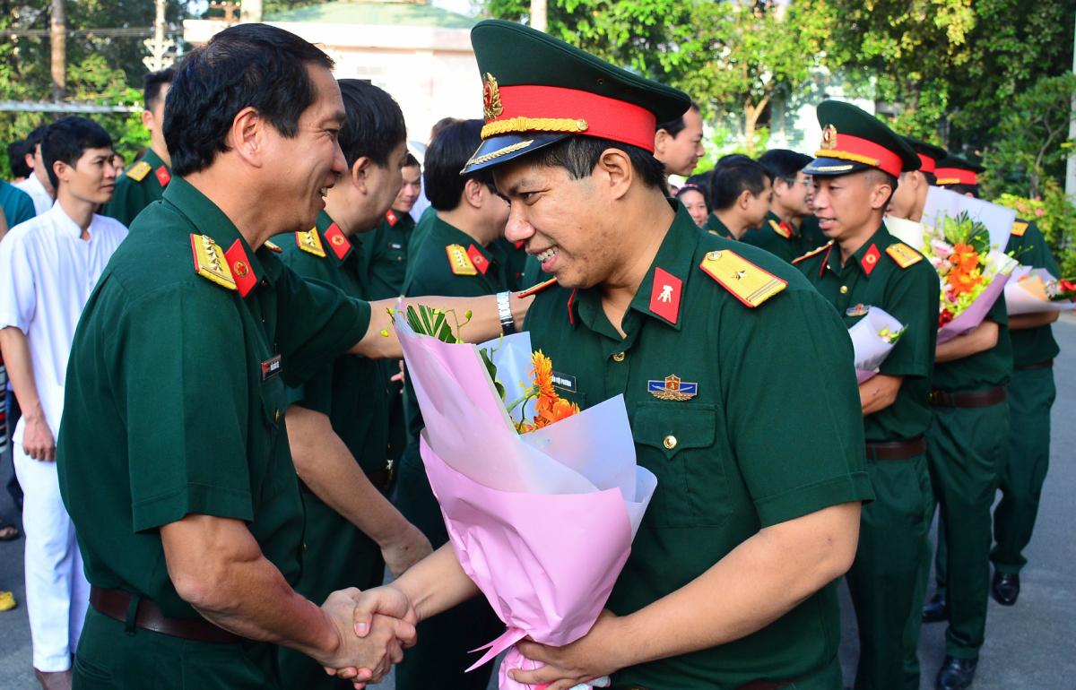 Đại tá, bác sĩ Trần Quốc Việt (bên trái) giao nhiệm vụ và tiễn đoàn lên đường ngày 26/10. Ảnh: Bệnh viện cung cấp.