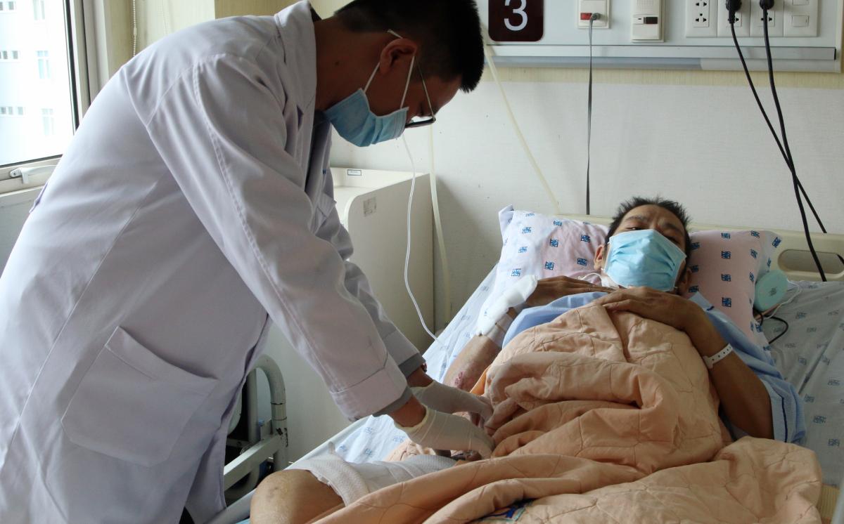 Bác sĩ Đinh Ngô Tất Thắng, khoa Nội tiết Bệnh viện Đại học Y dược TP HCM khám cho người lái xe ngày 27/10. Ảnh: Thư Anh.