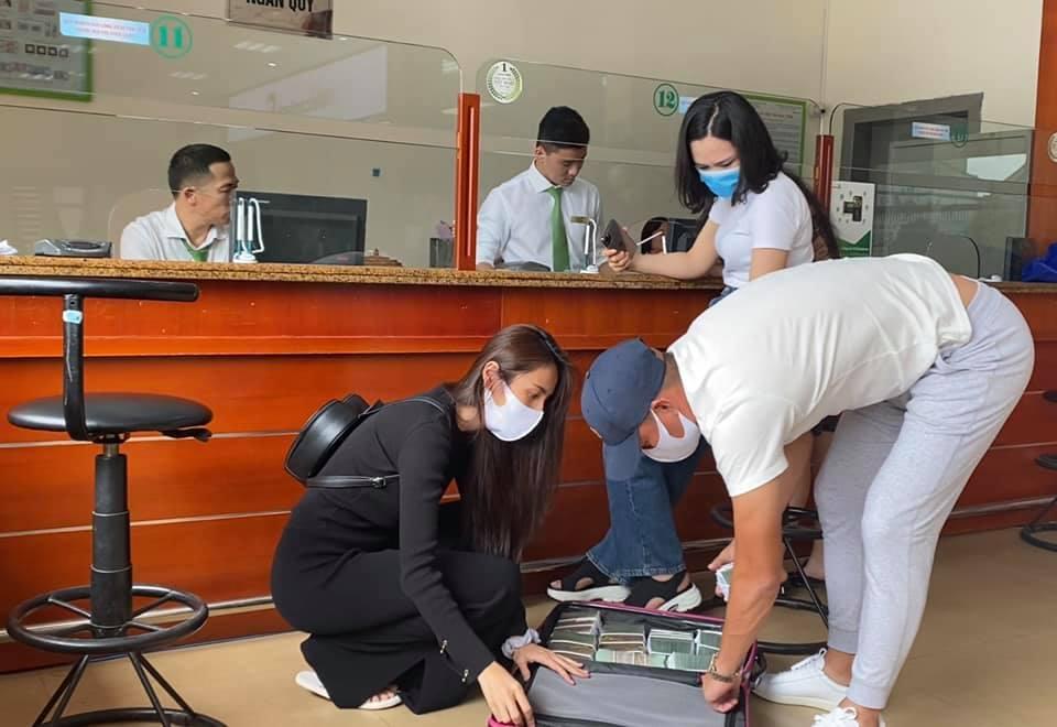 Thủy Tiên đi rút tiền tại Hà Tĩnh để trao trực tiếp cho bà con.