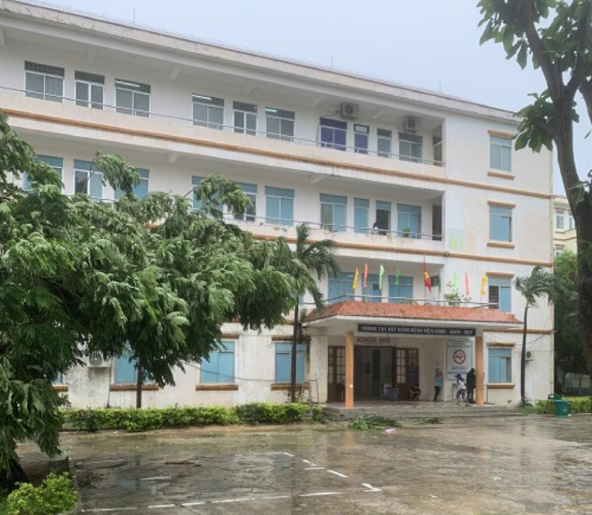 Bệnh viện Đa khoa tỉnh Bình Định trong gió bão Molave, sáng 28/10. Ảnh do bác sĩ cung cấp.