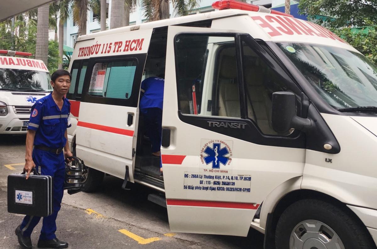 Bác sĩ Trung tâm Cấp cứu 115 chuẩn bị lên xe cứu thương tiếp nhận một bệnh nhân có dấu hiệu đột quỵ sáng 28/10. Ảnh: Thư Anh.