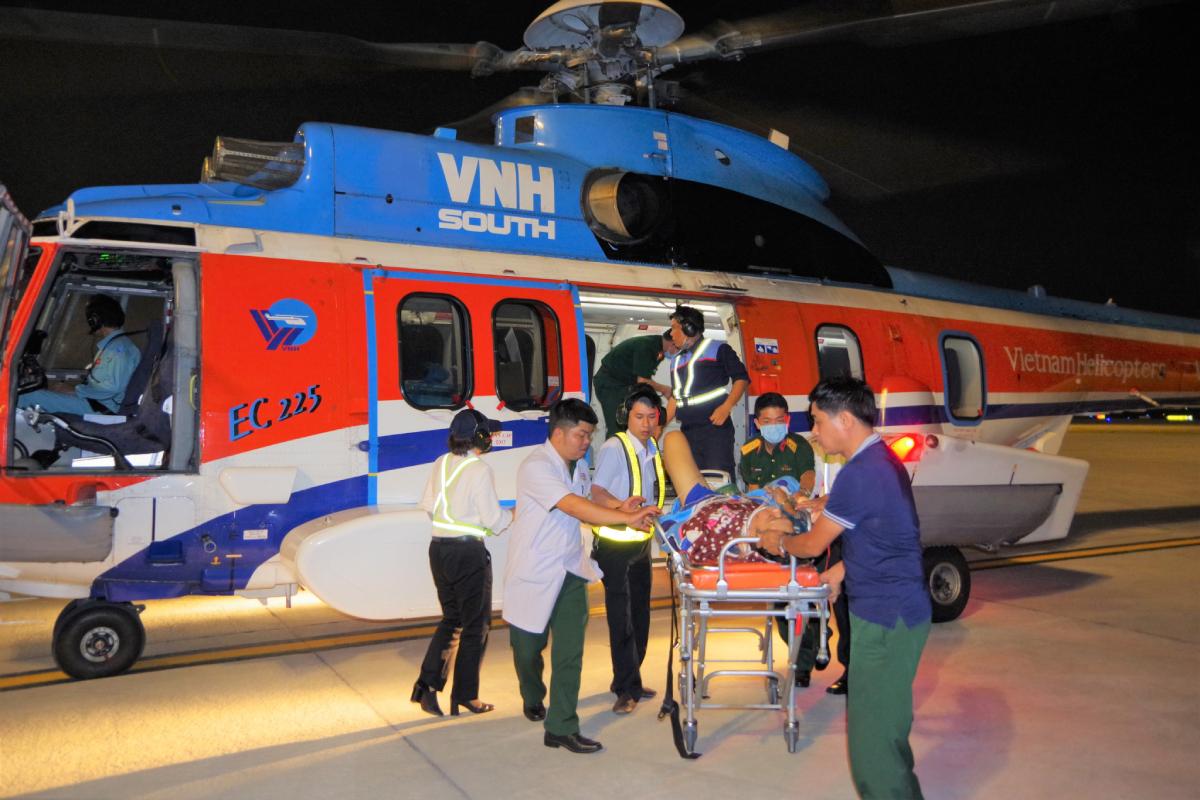 Trực thăng của Bộ Quốc phòng cùng tổ bay cấp cứu Bệnh viện Quân y 175 vận chuyển một bệnh nhân nặng từ Trường Sa vào đất liền. Ảnh: Trần Chính.