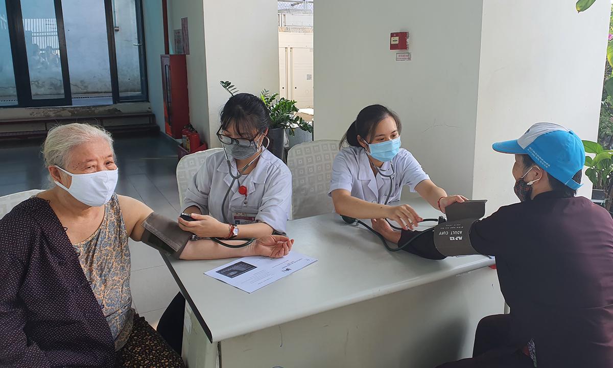 Người cao tuổi đang được kiểm tra huyết áp tại Bệnh viện Lão khoa trung ương. Ảnh: Bệnh viện cung cấp
