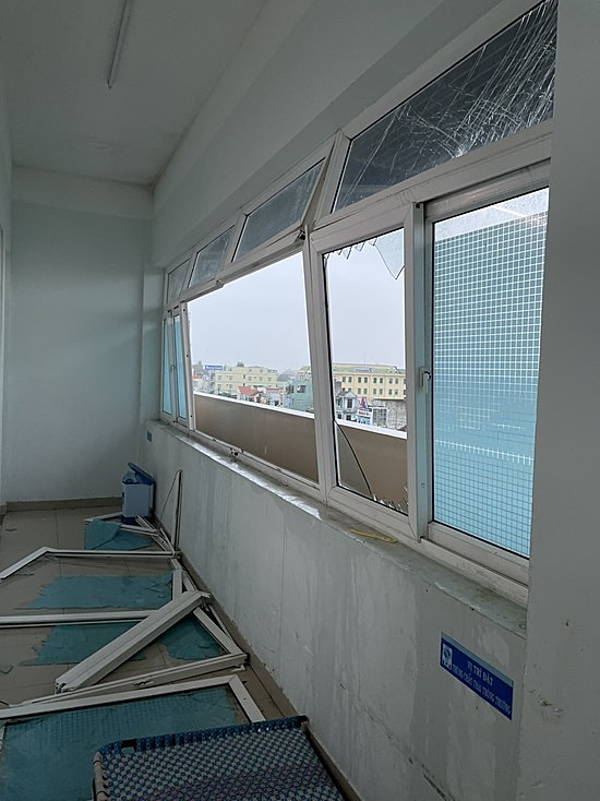 Gió lớn làm vỡ nhiều cửa kính tại bệnh viện Sản Nhi Quảng Ngãi. Ảnh: Bác sĩ cung cấp